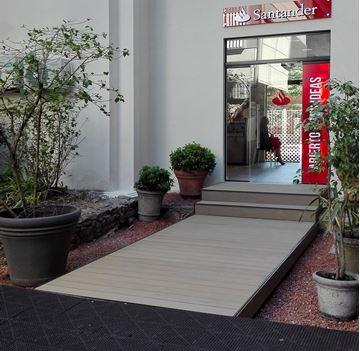 Imagen de Deck acceso sucursal banco Santander UCUDAL